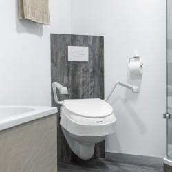 Réhausseur WC avec accoudoirs Aquatec 900 mis en situation - Invacare